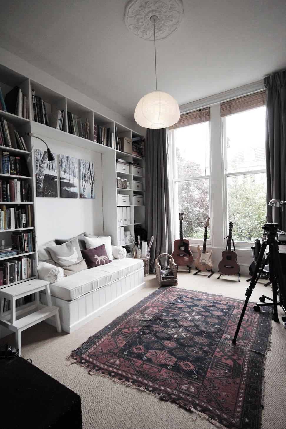 Совмещенная гостиная и спальня с диваном