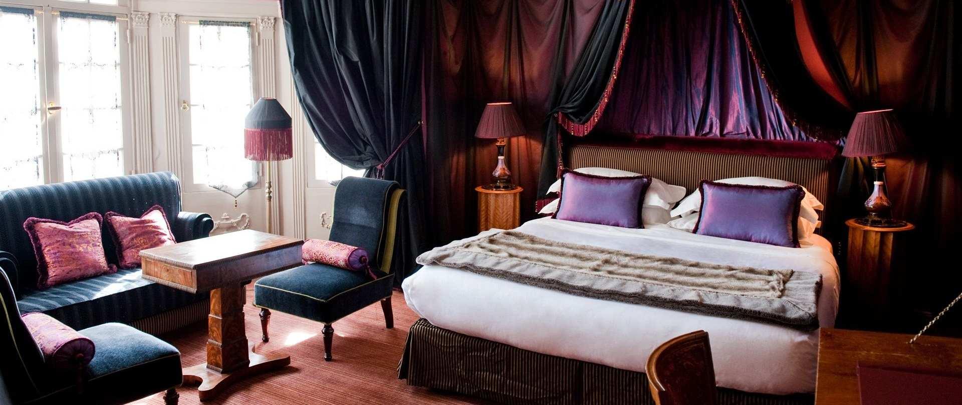 Совмещенная гостиная и спальня с эркером