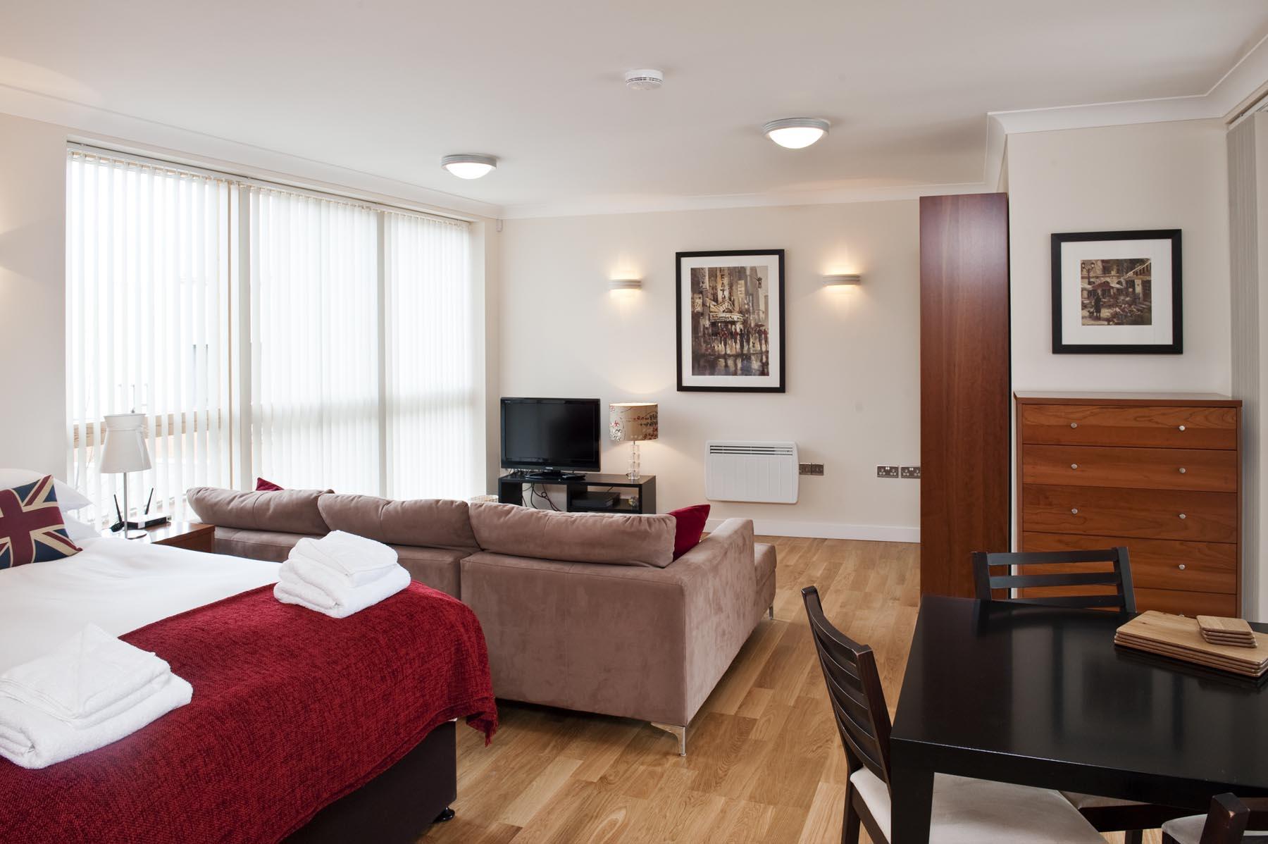 Совмещенная гостиная и спальня расстановка мебели