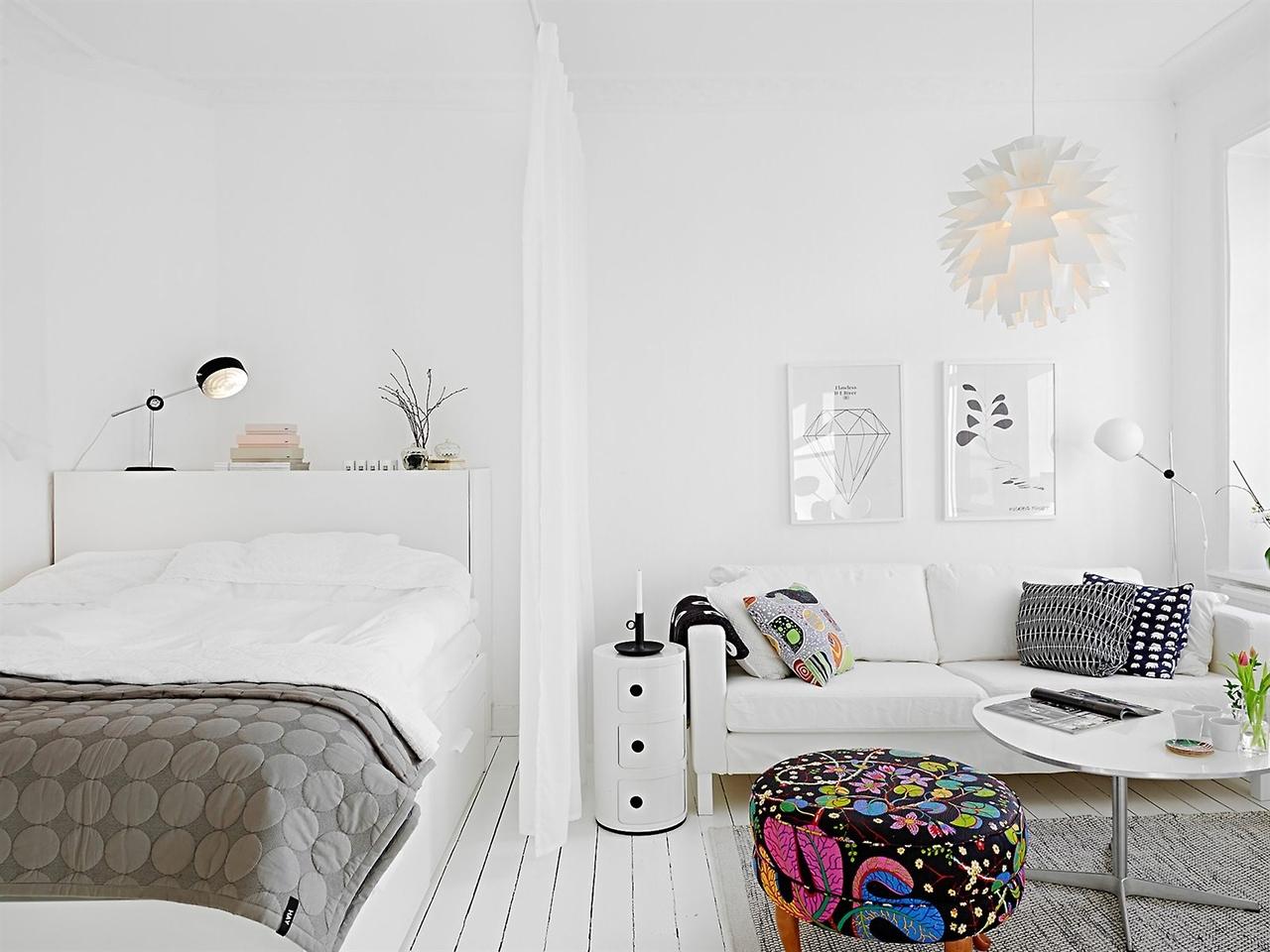 Совмещенная гостиная и спальня со шторой