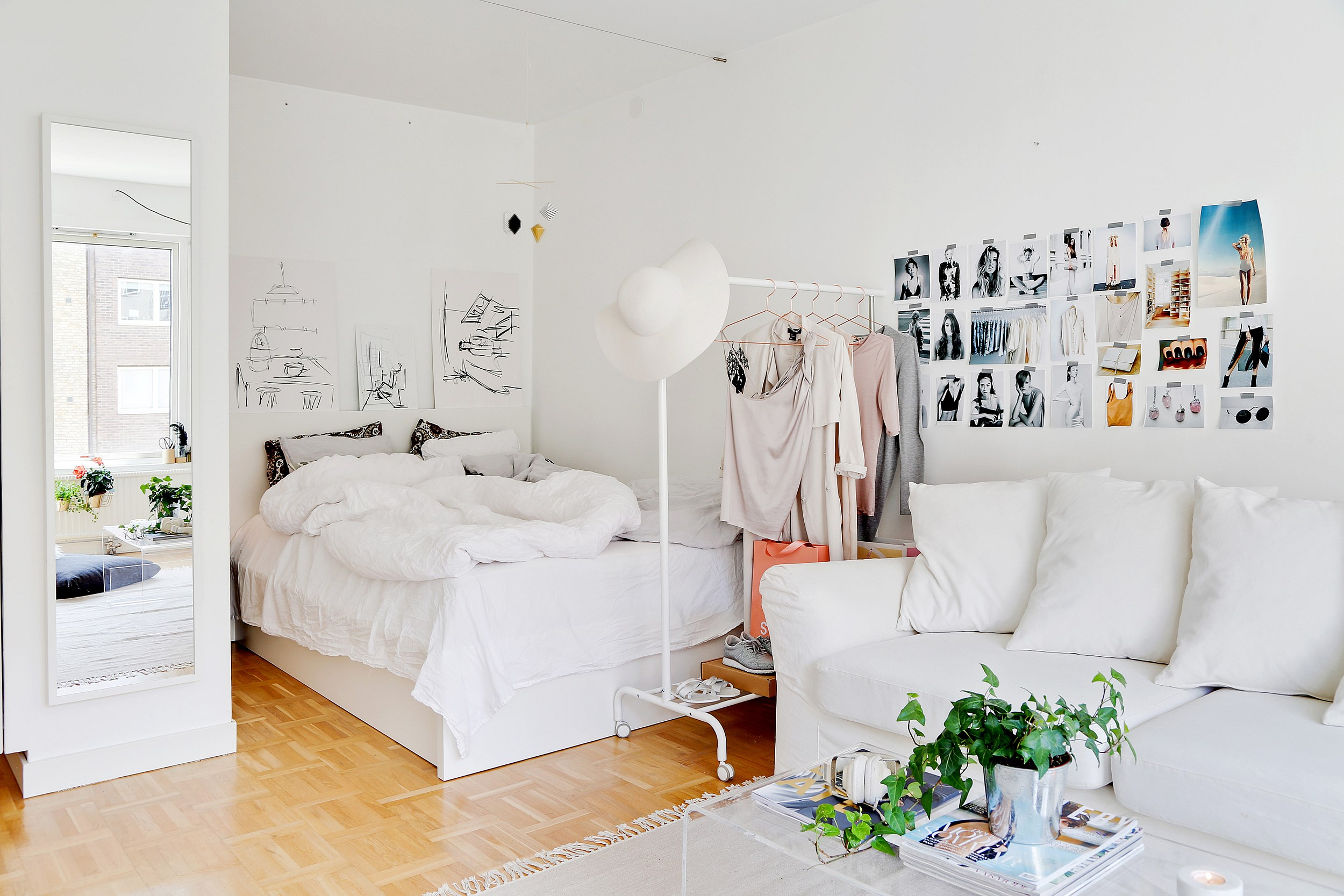 Гостиная спальня с кроватью с углу