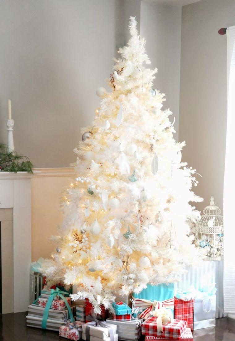 Декор однокомнатной квартиры к новому году в белом цвете