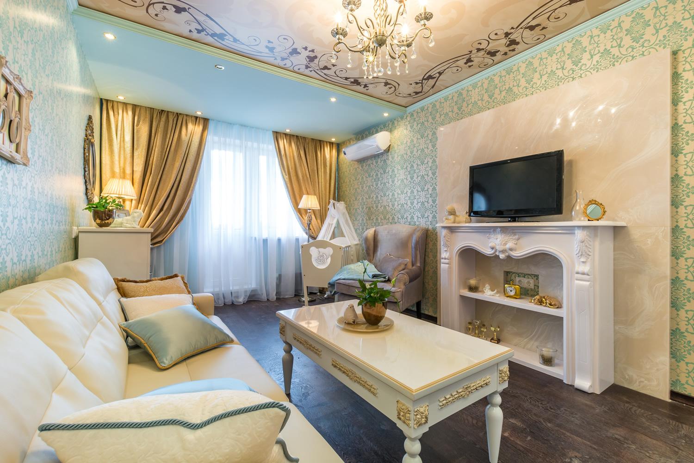 Детская зона для новорожденного в классической гостиной