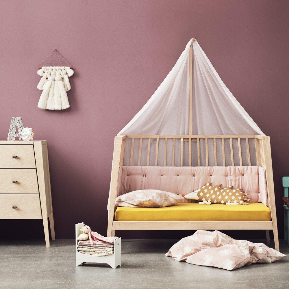 Детская зона для новорожденного с деревянной мебелью