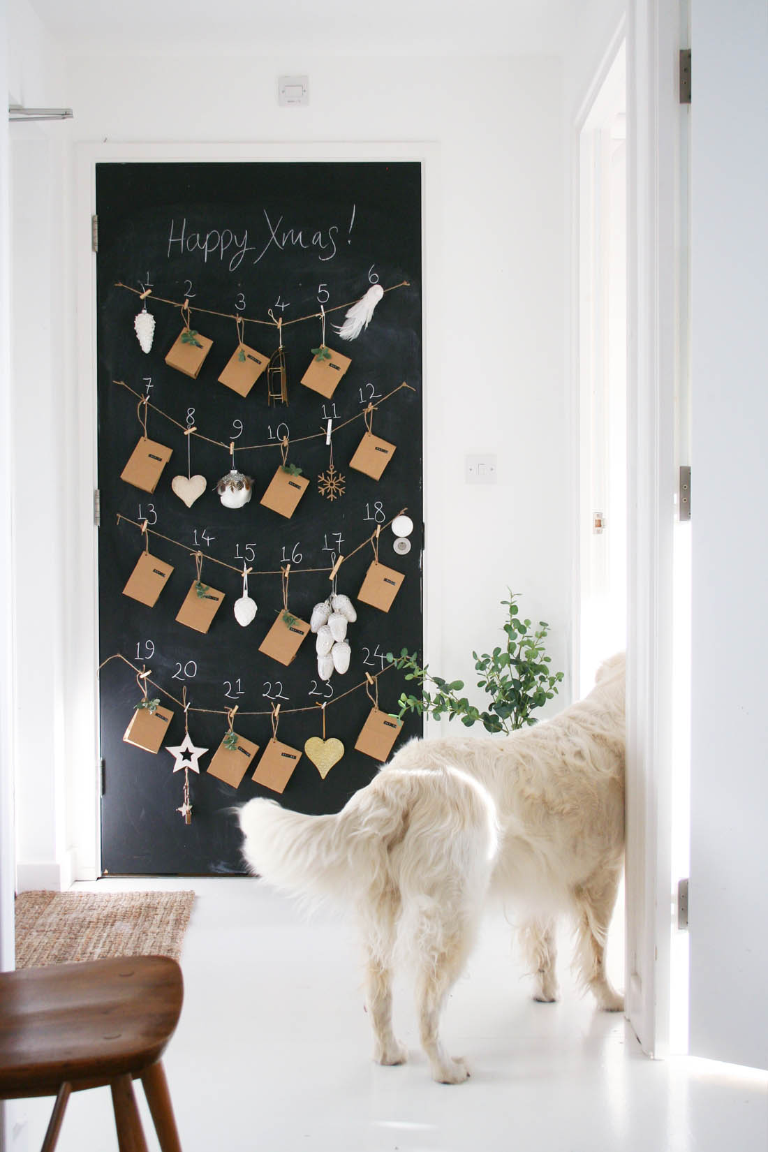 Декор однокомнатной квартиры новогодним календарем