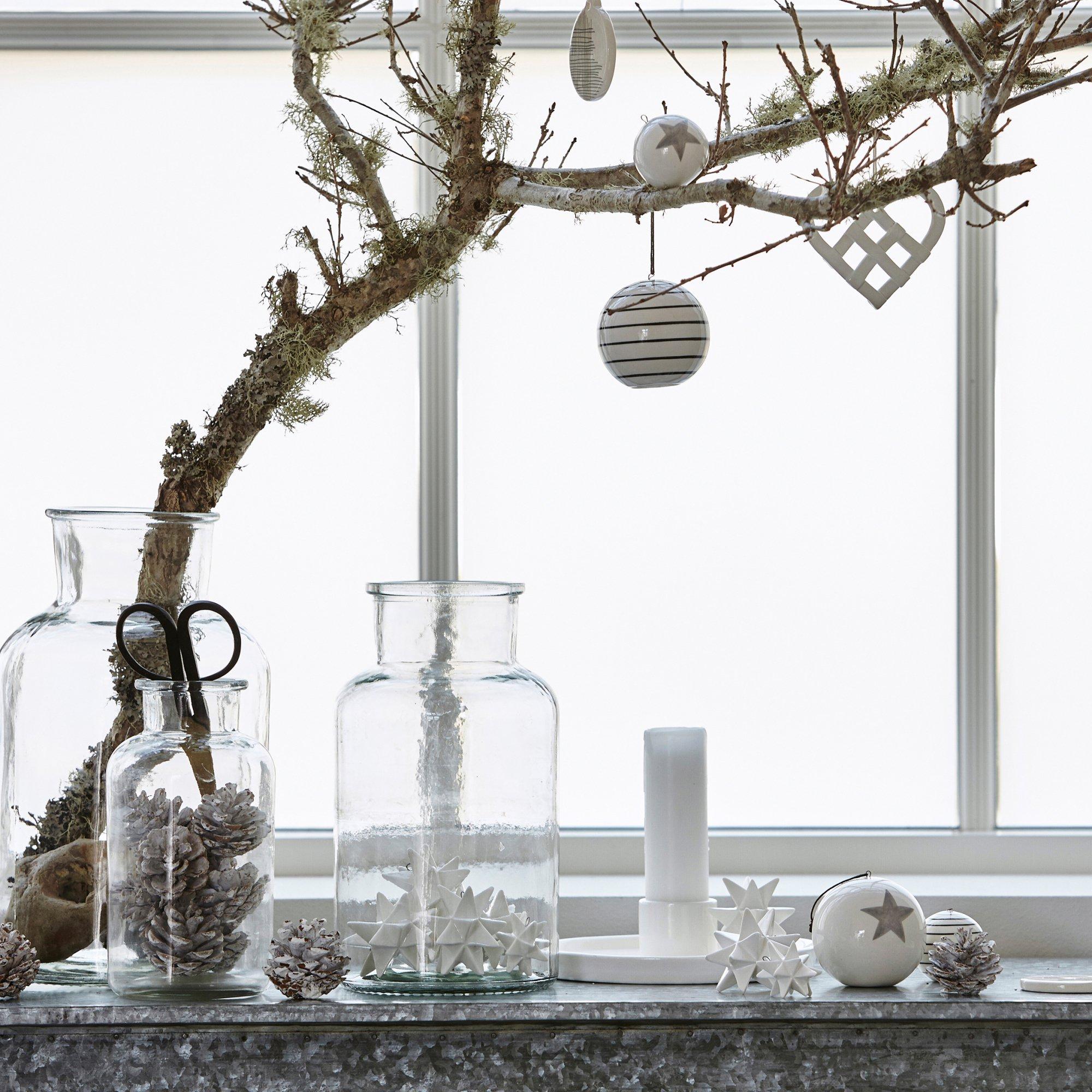 Украшение окна однокомнатной квартиры к новому году