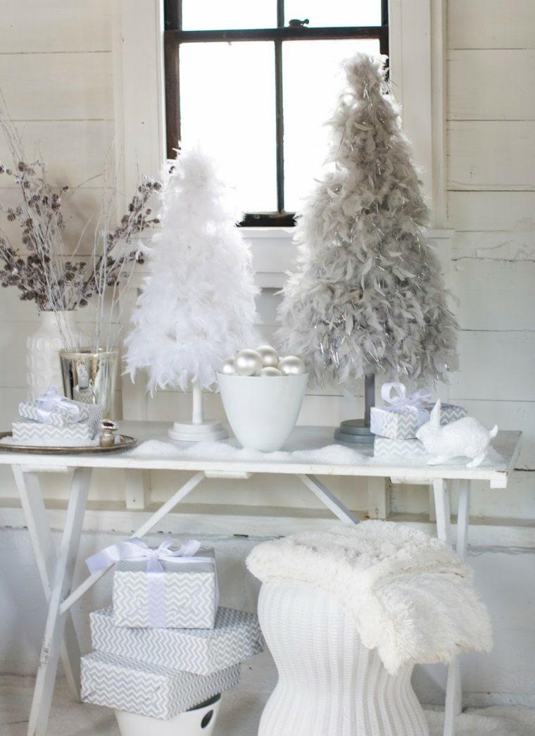 Украшение однокомнатной квартиры к новому году серо-белое