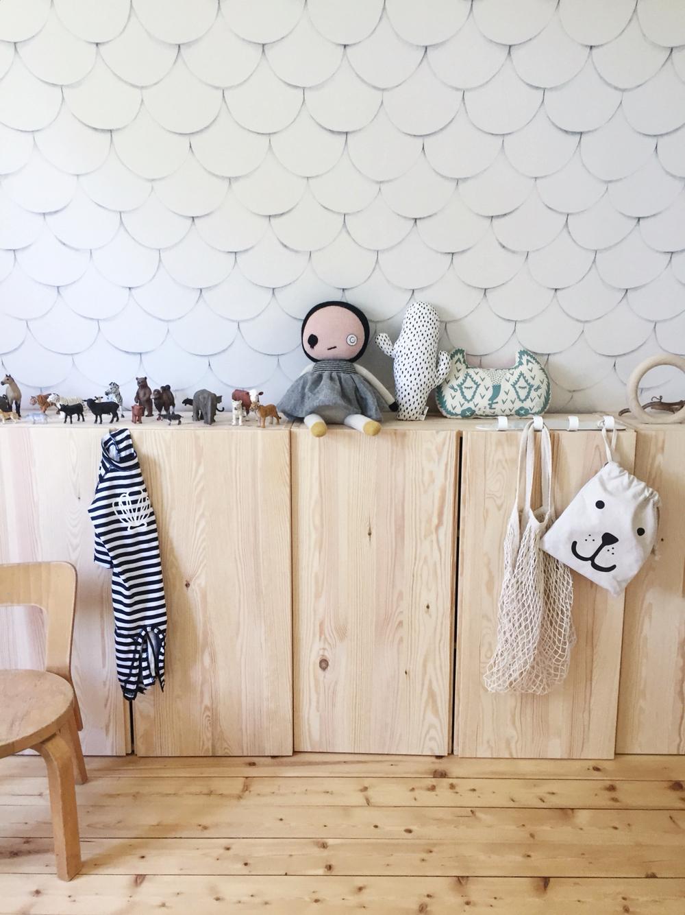 Детская зона в гостиной со шкафчиками
