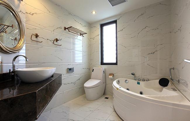 Расположение сантехники в большой ванной