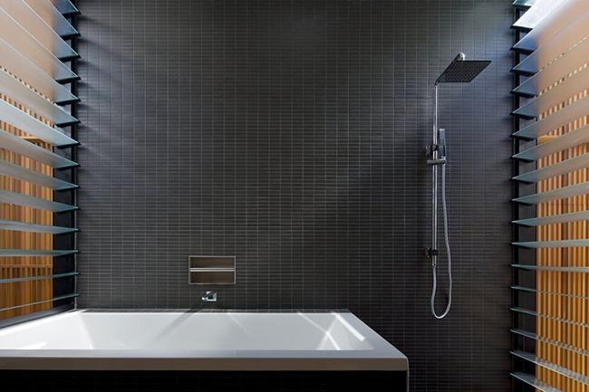 Черный цвет в маленькой ванной