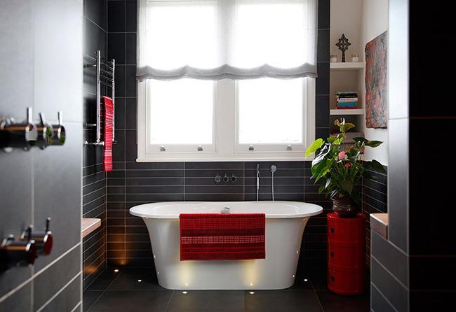 Черный и красный в интерьере ванной