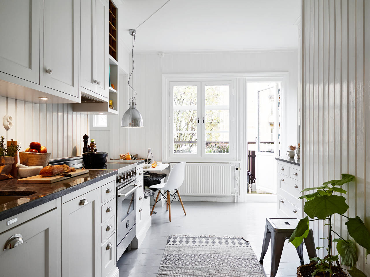 Обстановка однокомнатной квартиры в белом цвете