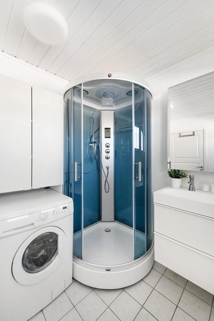Стиральная машина в ванной комнате с душем