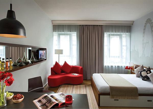 Однокомнатная квартира с красным диваном
