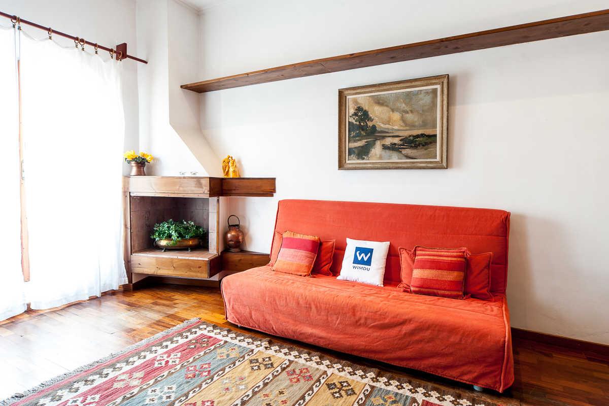 Обстановка однокомнатной квартиры с камином