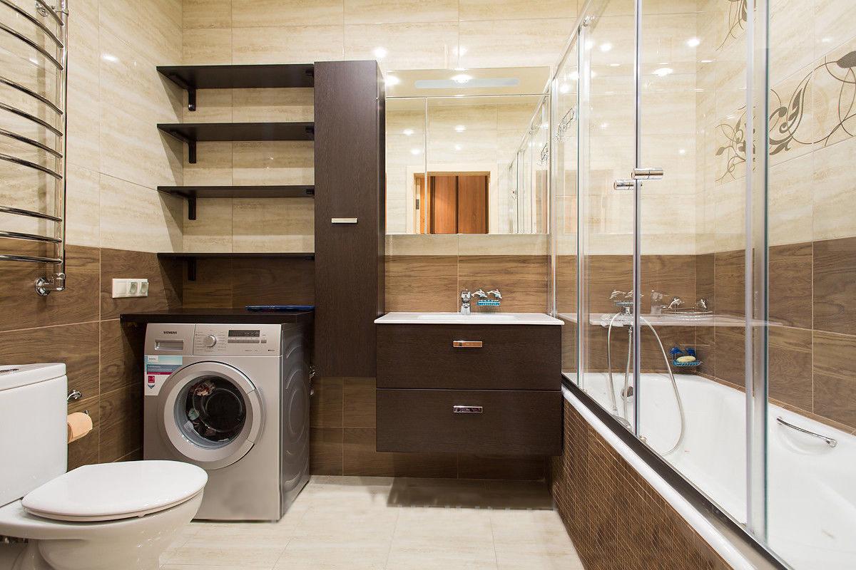 Стиральная машина в ванной комнате коричневой