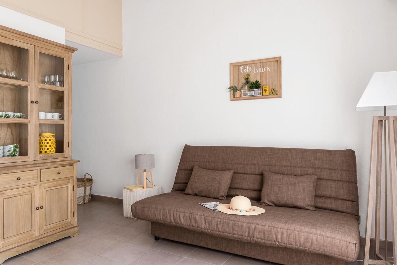 Обстановка однокомнатной квартиры в коричневом цвете