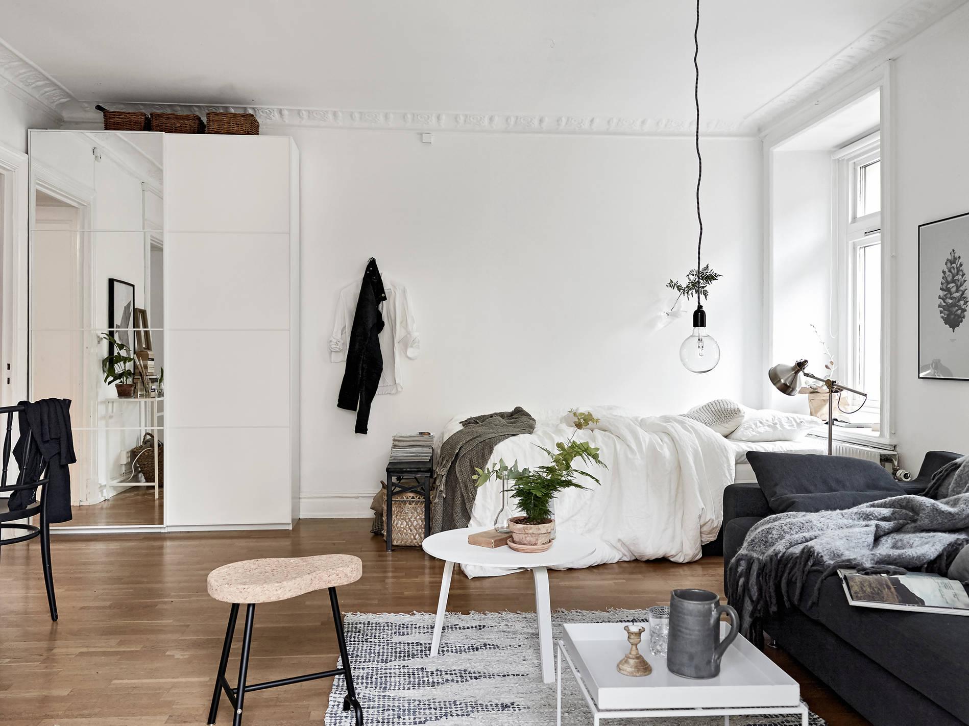 Обстановка однокомнатной квартиры с кроватью