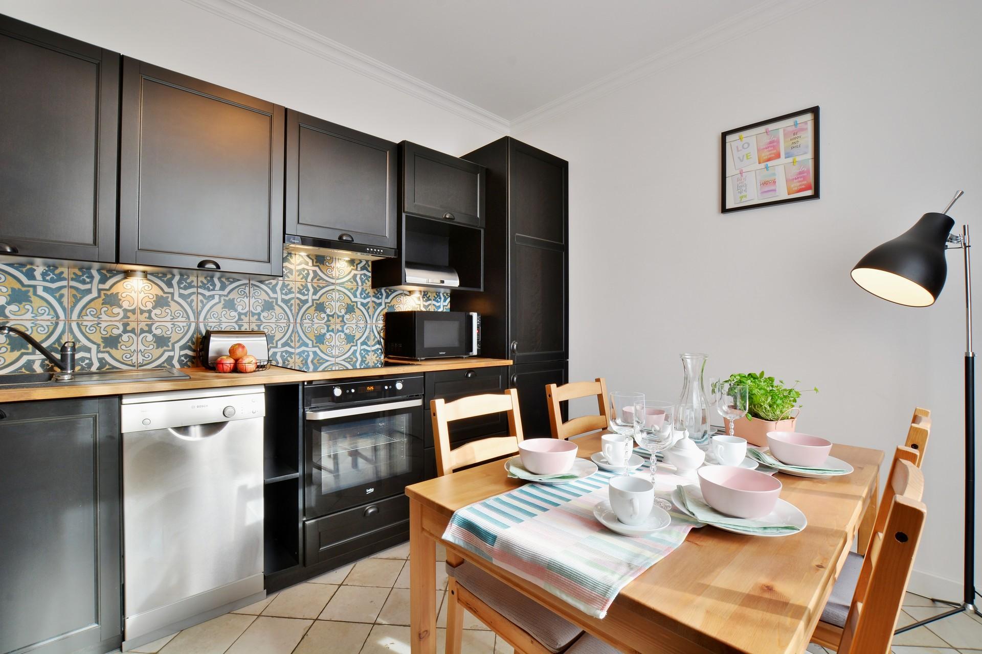 Обстановка однокомнатной квартиры и черный интерьер кухни