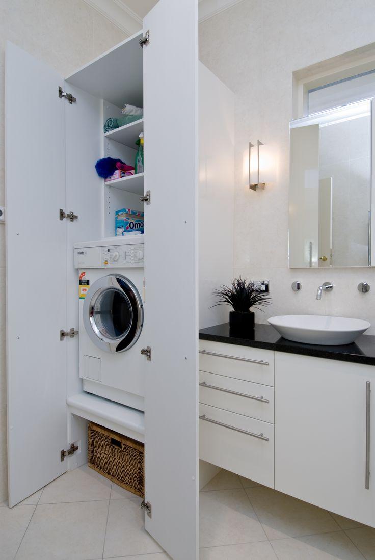 Маленькая стиральная машина в ванной комнате