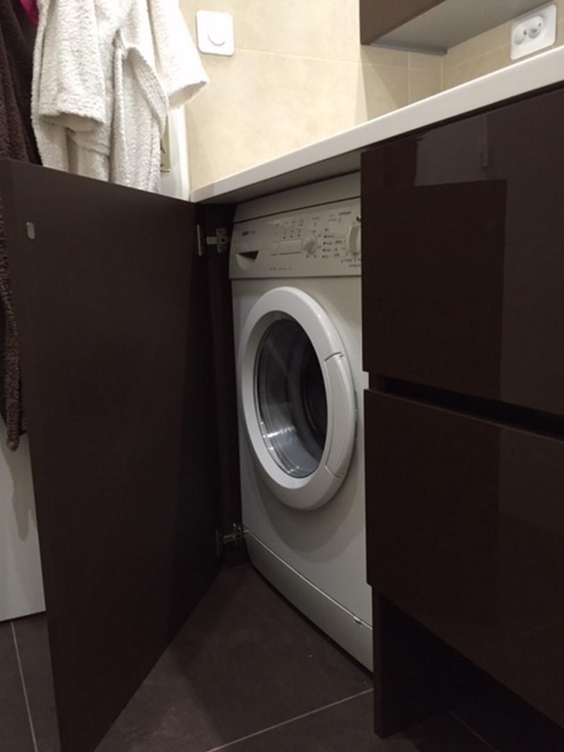 Стиральная машина в мебели ванной