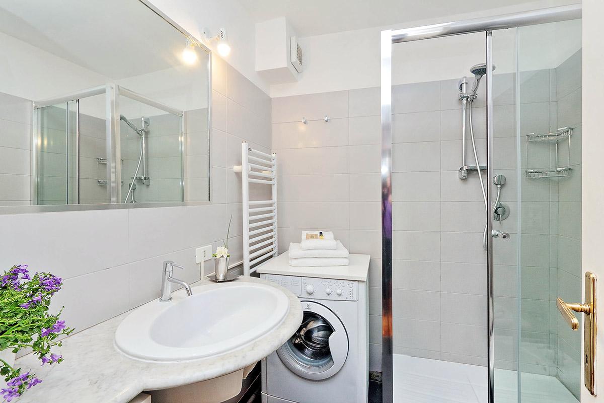 Стиральная машина в ванной комнате небольшой