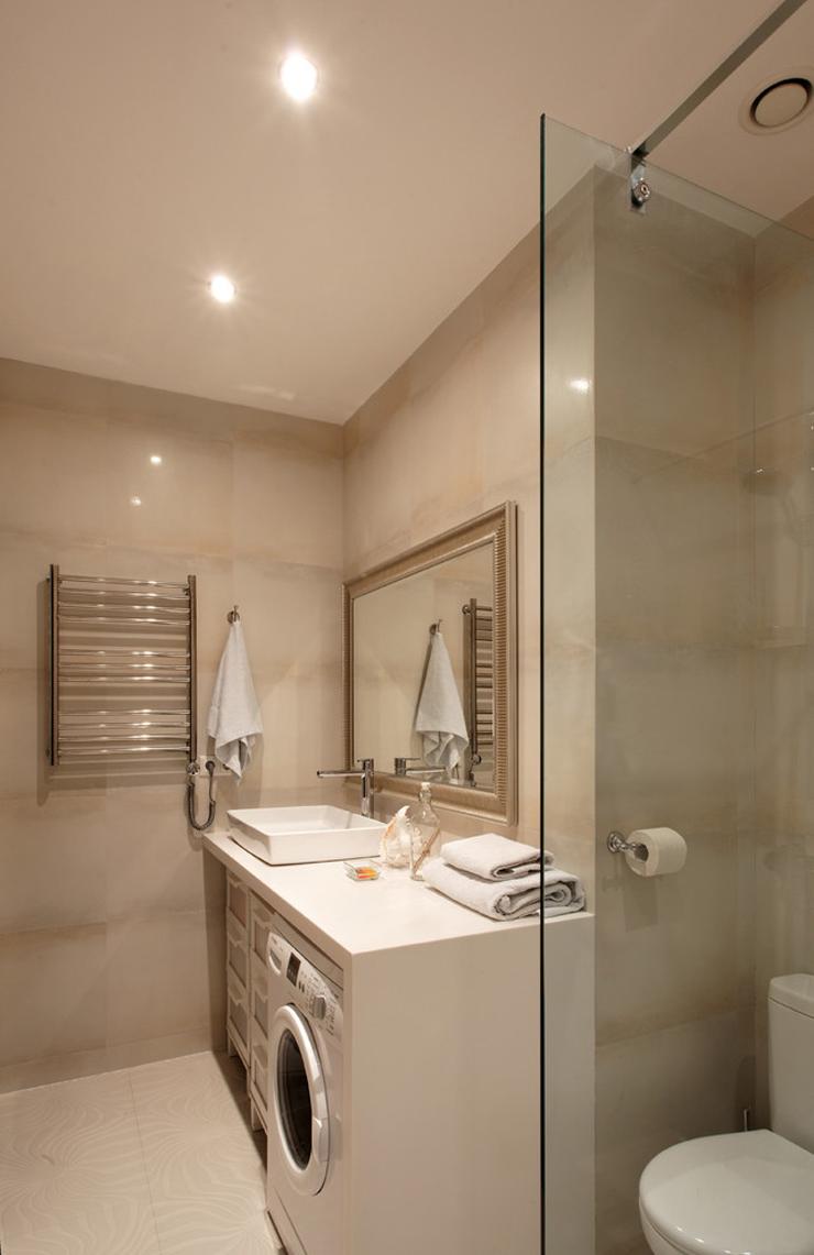 Стиральная машина в ванной комнате с панелью