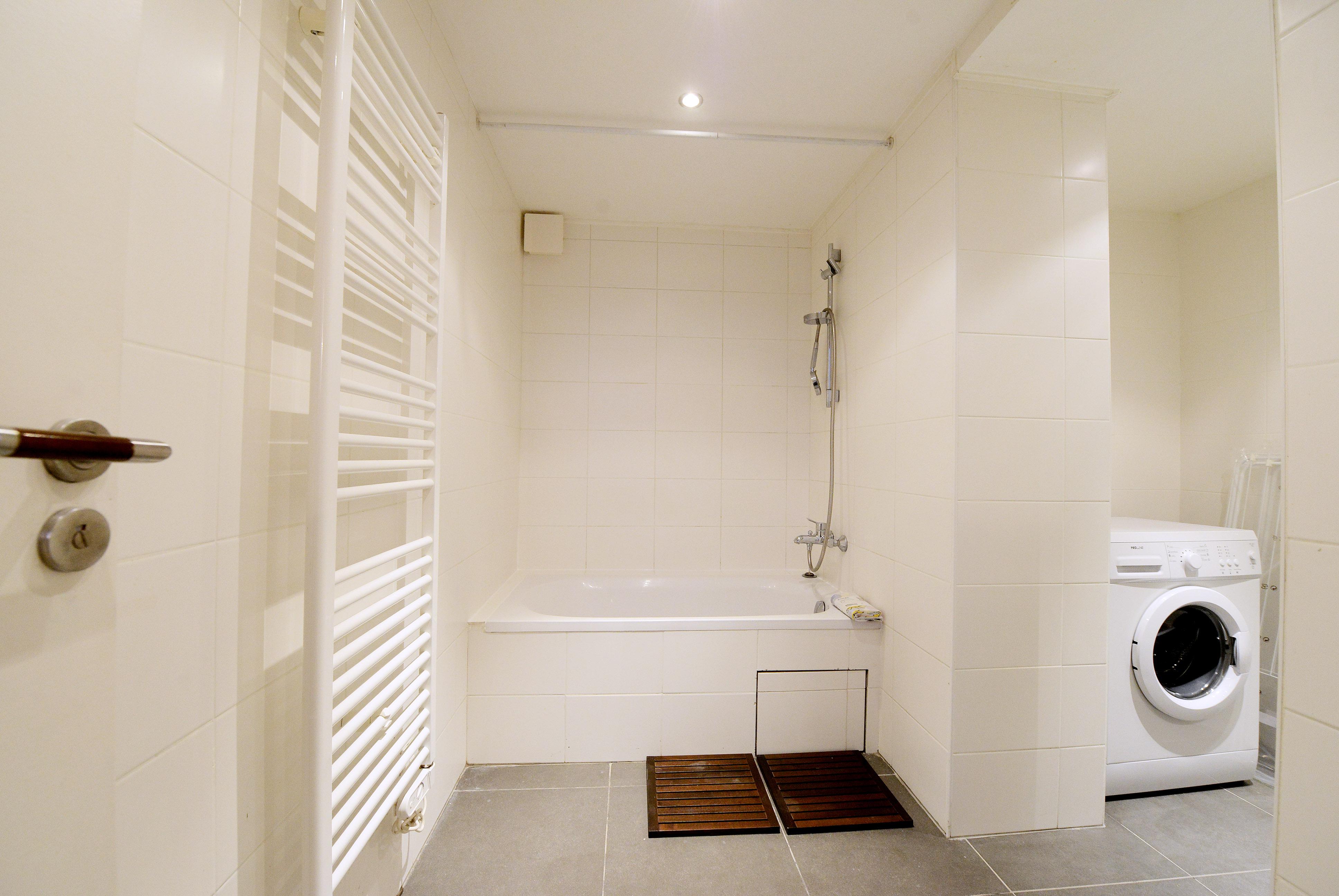 Стиральная машина в ванной комнате с перегородкой