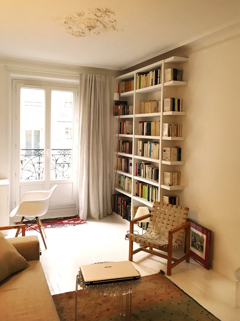 Обстановка однокомнатной квартиры со стеллажами