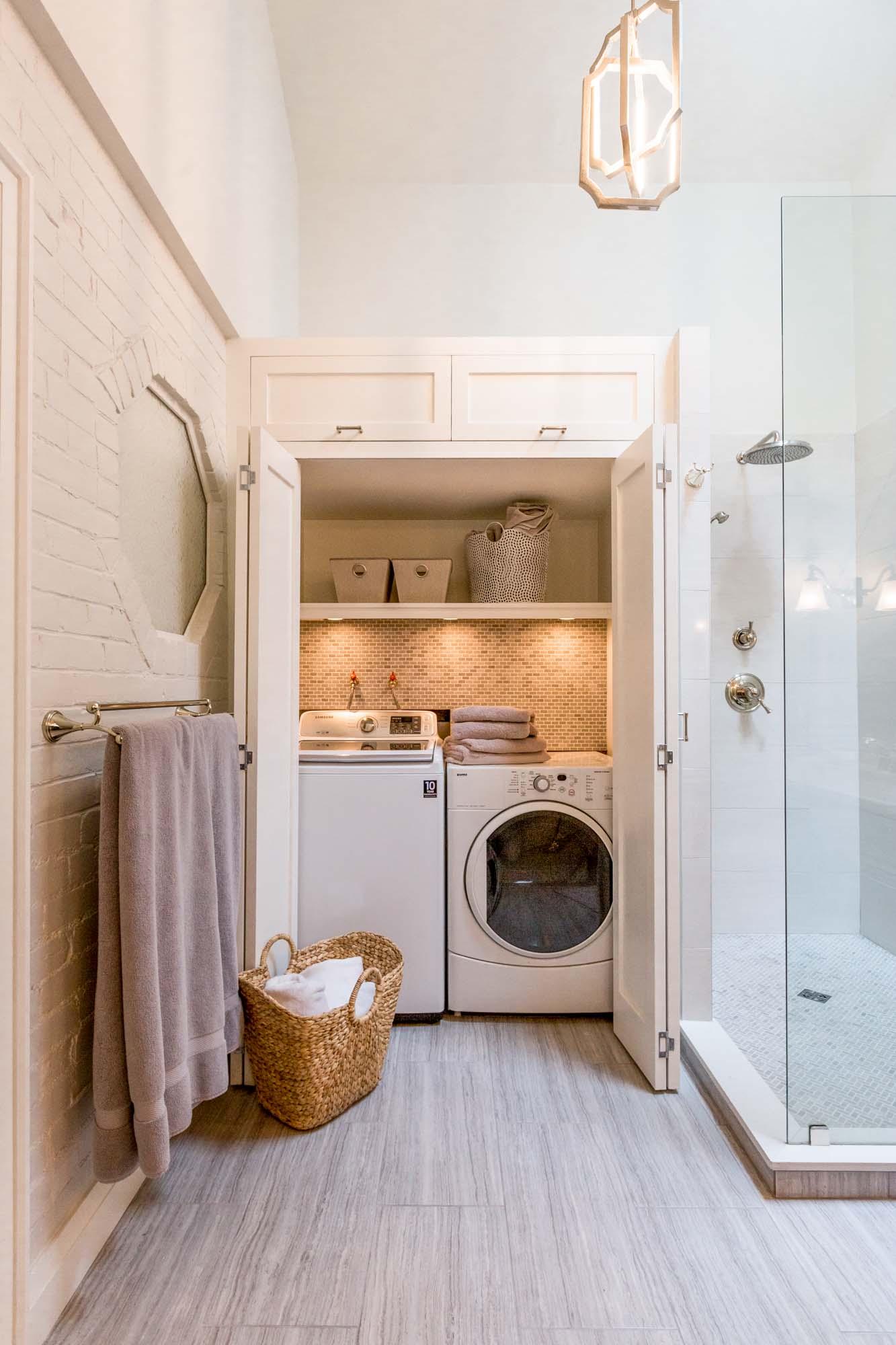 Стиральная машина в ванной комнате в шкафу