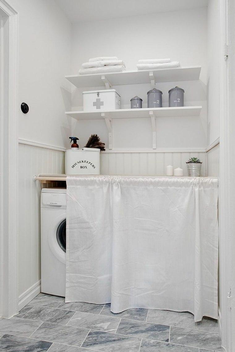 Стиральная машина в ванной комнате со шторкой