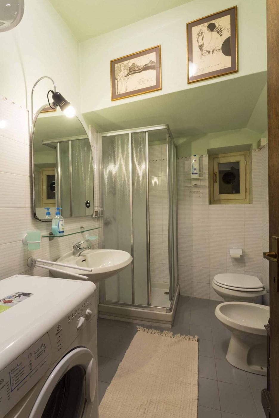 Стиральная машина в ванной комнате совмещенной