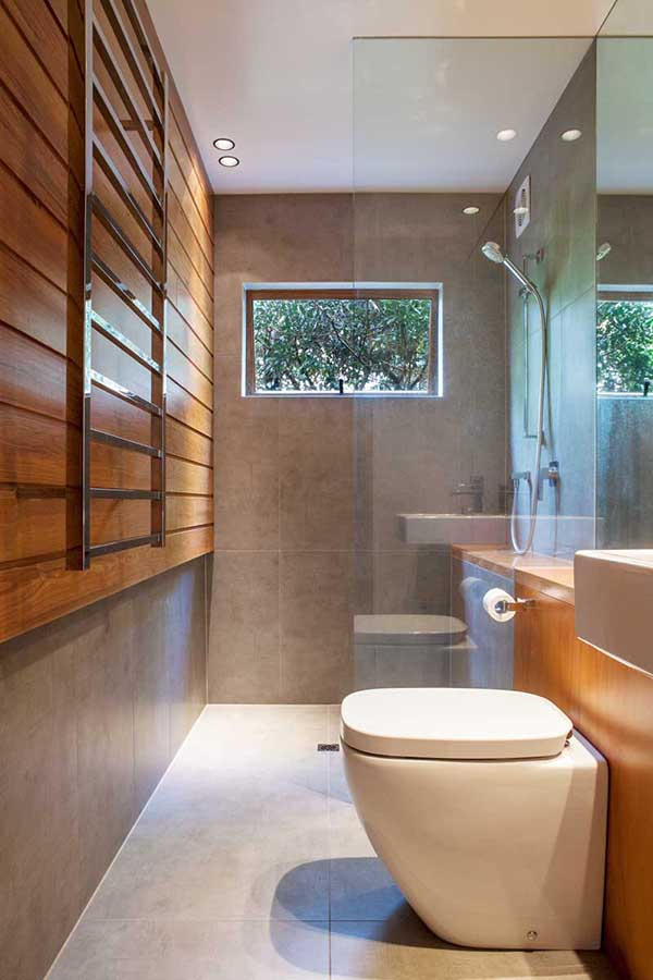 Деревянный интерьер ванной