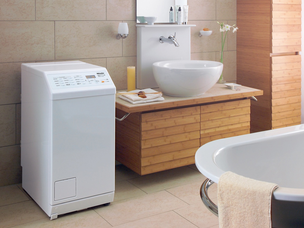Стиральная машина с верхней загрузкой в ванной комнате