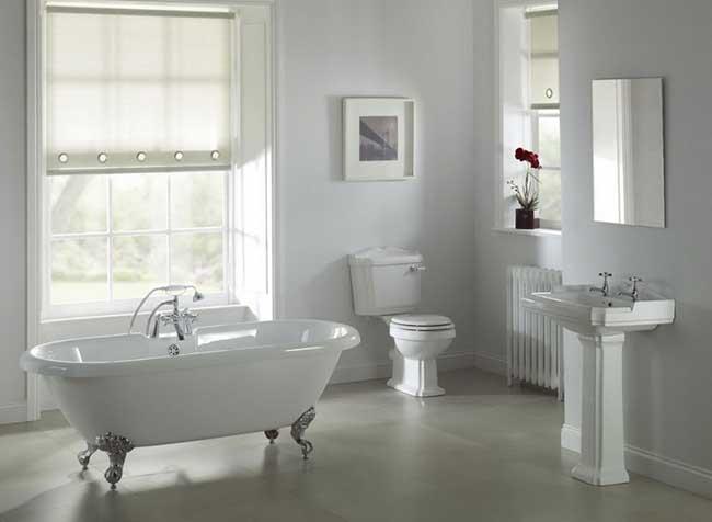 Окно в классической ванной