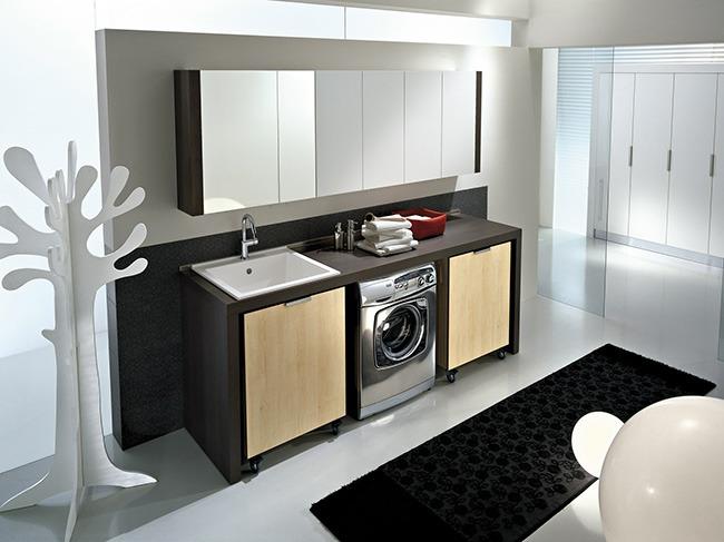 Стиральная машина в просторной ванной