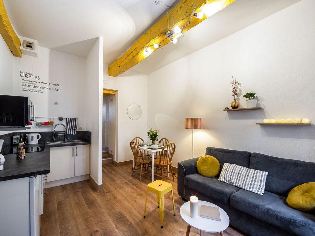 Обстановка однокомнатной квартиры с желтыми акцентами