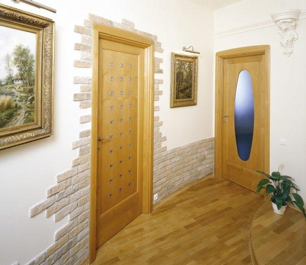 Отделка коридора светлым камнем