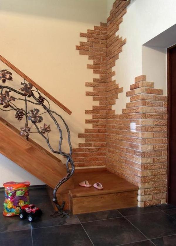 Отделка коридора коричневым камнем
