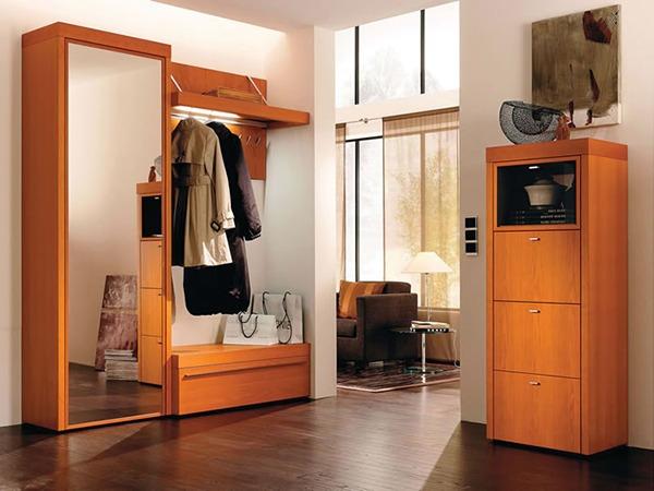 Шкаф в коридоре деревянный
