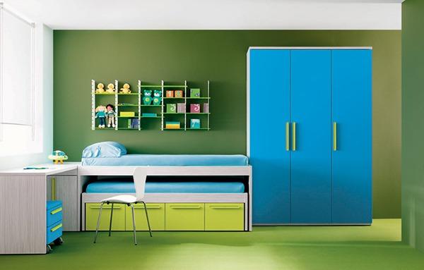 Зеленый пол и голубой шкаф