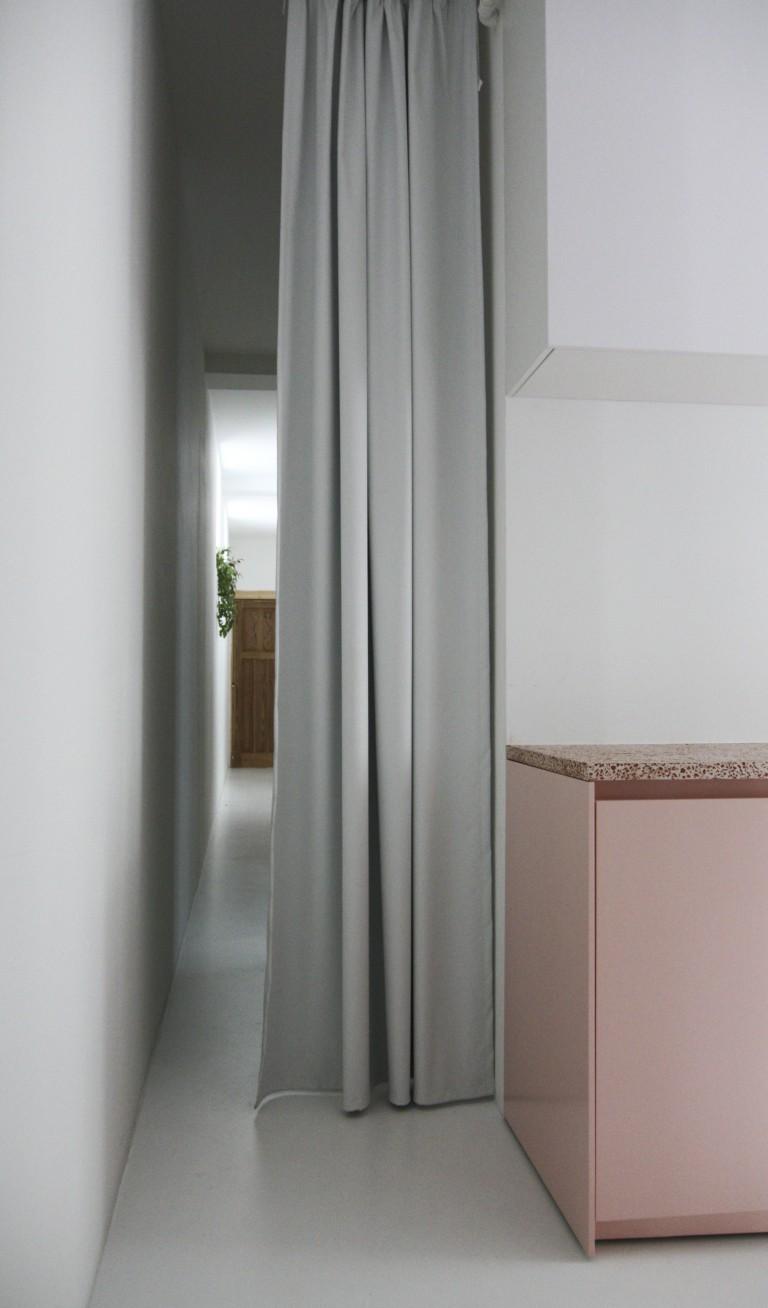 Белый цвет в интерьере коридора