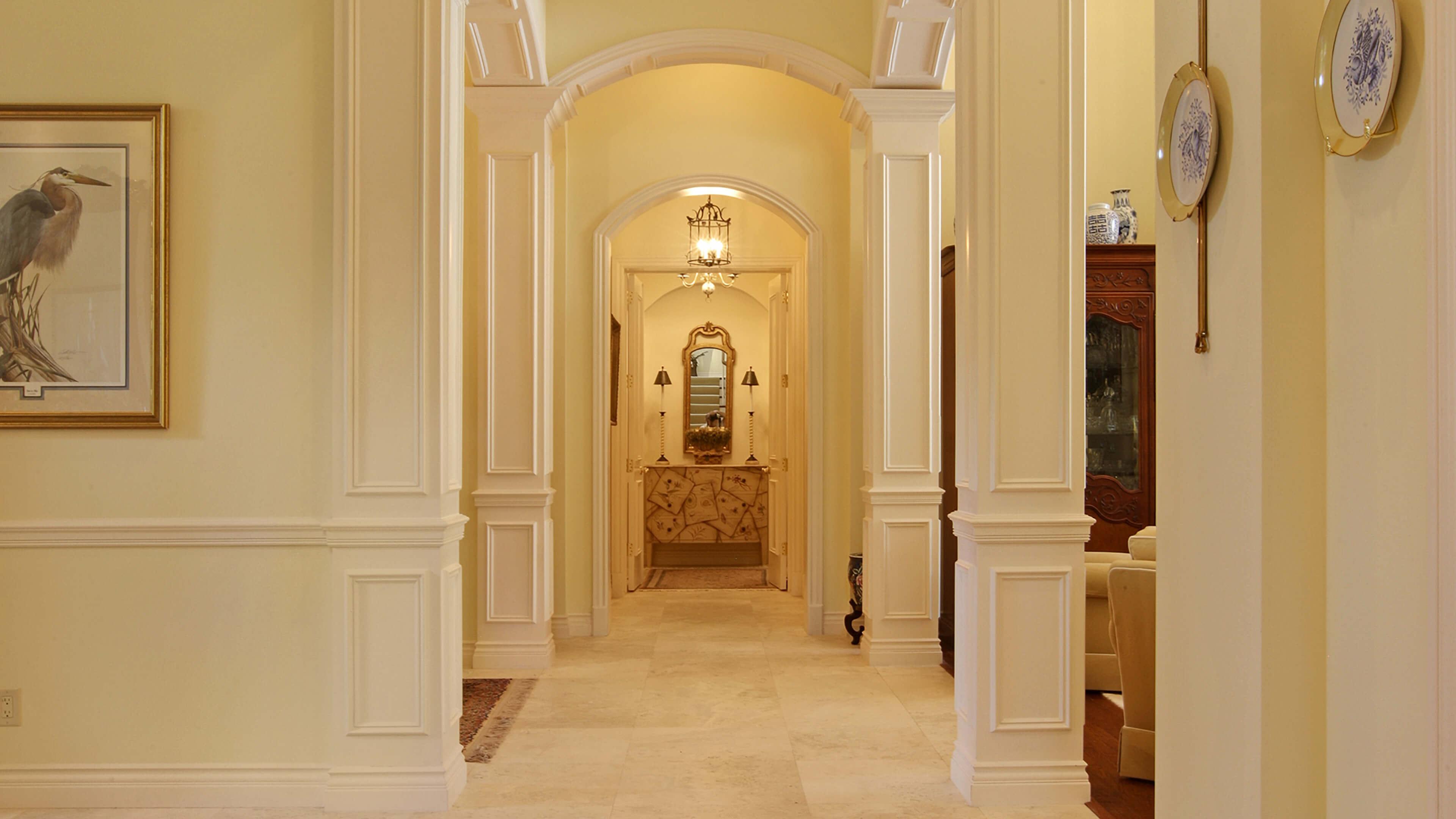 Дизайн коридора с аркой в частном доме