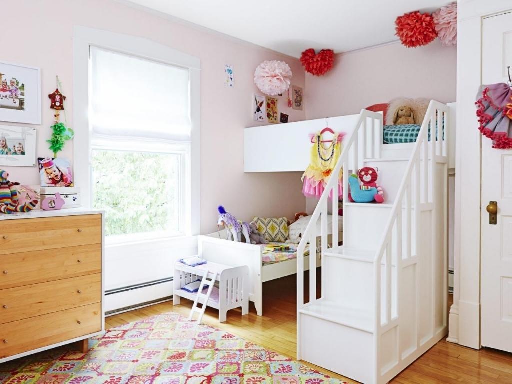 Эконом дизайн детской комнаты с кроватью чердаком