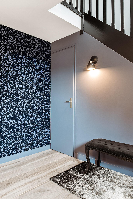 Отделка коридора обоями с черным узором