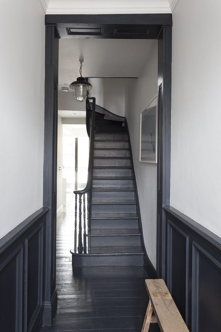 Отделка коридора панелями черного цвета