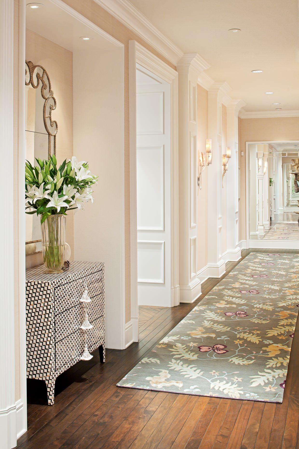 Цветочный рисунок в интерьере коридора