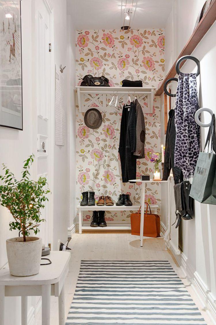 Отделка коридора обоями с цветами