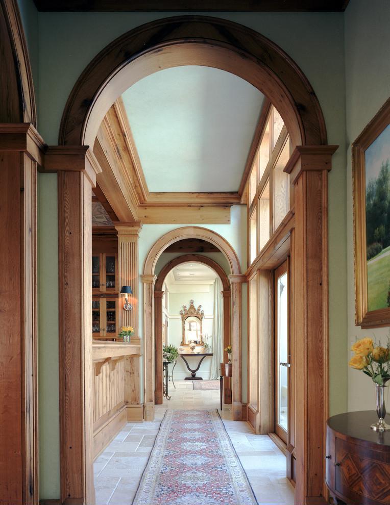 Дизайн коридора с аркой деревянной