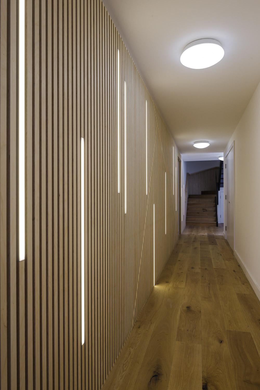 Отделка коридора панелями деревянными
